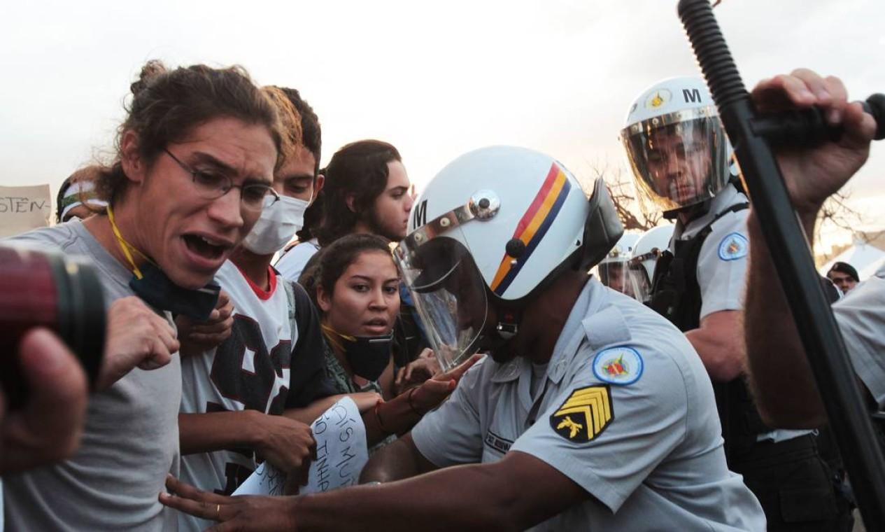 Muito empurra-empurra em frente ao Congresso Foto: Givaldo Barbosa / Agência O Globo