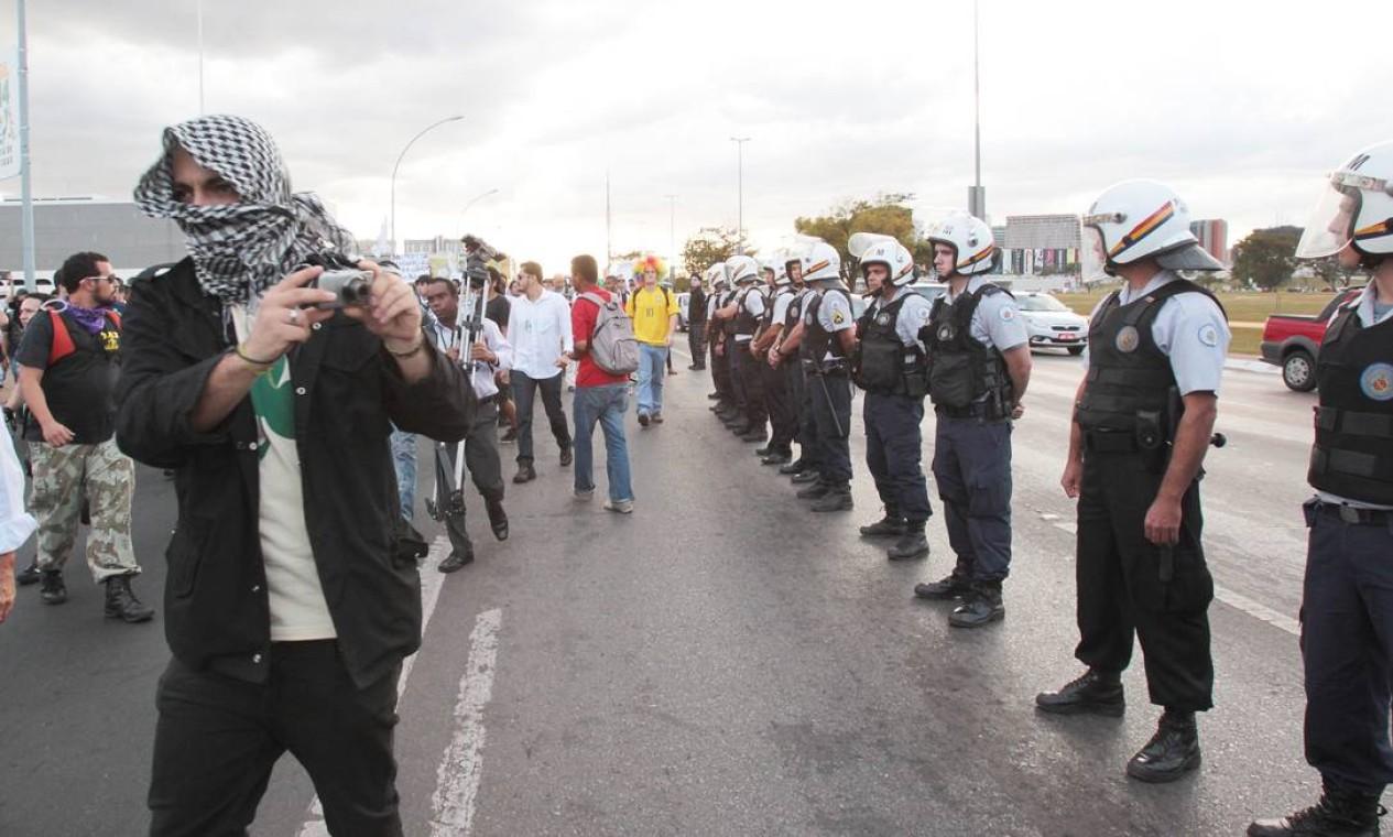 Policiais fazem um cordão de isolamento no Congresso Nacional Foto: Givaldo Barbosa / Agência O Globo