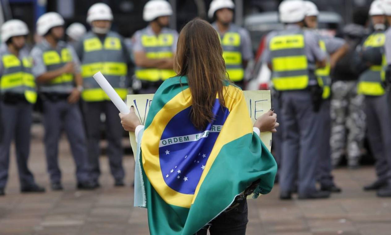 Uma manifestante com a bandeira do Brasil em Pinheiros, São Paulo Foto: Michel Filho / Agência O Globo