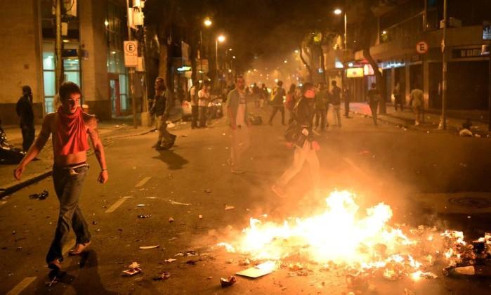 Manifestantes colocam fogo em lixo em frente ao prédio da Alerj CHRISTOPHE SIMON / AFP