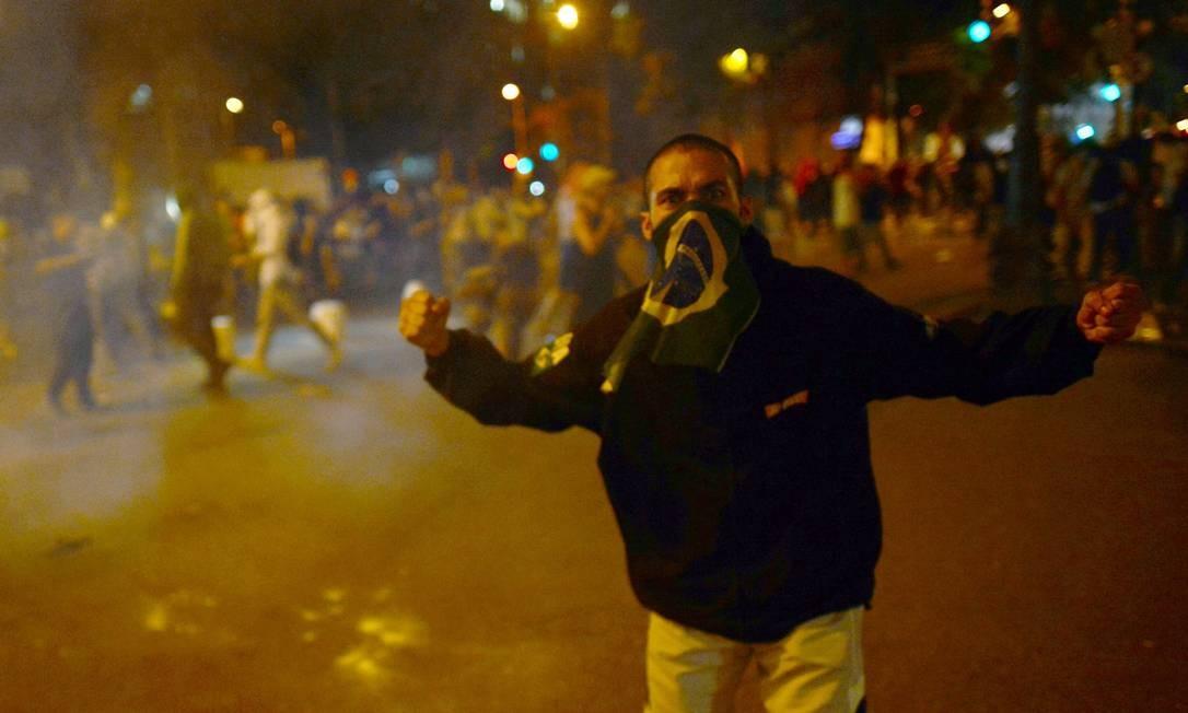 Protesto no Centro do Rio contra o reajuste das passagens de ônibus termina em confronto entre manifestantes e policiais na Alerj Foto: CHRISTOPHE SIMON / AFP