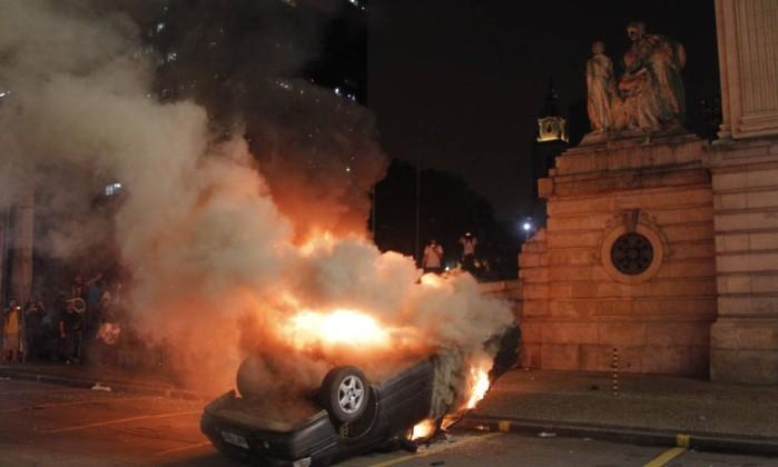 Carro foi incendiado por manifestantes em frente ao prédio da Assembleia Legislativa do Rio Marcelo Carnaval / Agência O Globo