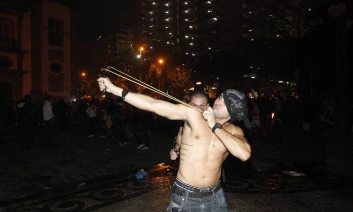 Manifestante usa estilingue para jogar pedras contra policiais na Alerj Marcelo Carnaval / Agência O Globo
