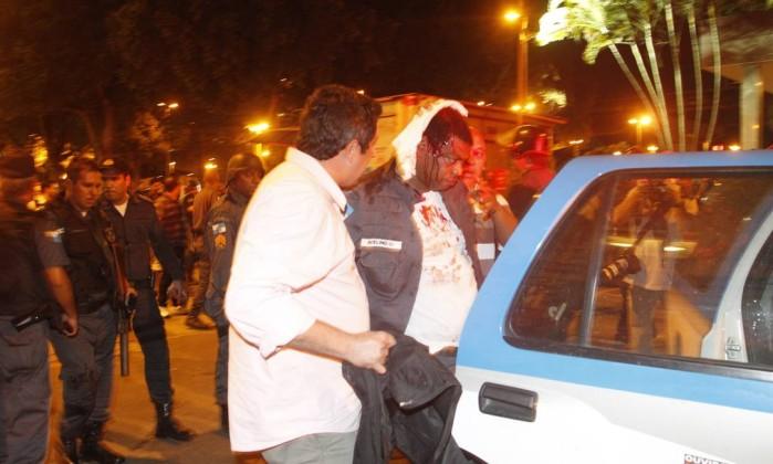 A manifestação contra o reajuste das passagens, que começou pacífica, terminou em quebra-quebra. Na foto, um dos cinco PMs feridos Marcelo Carnaval / Agência O Globo