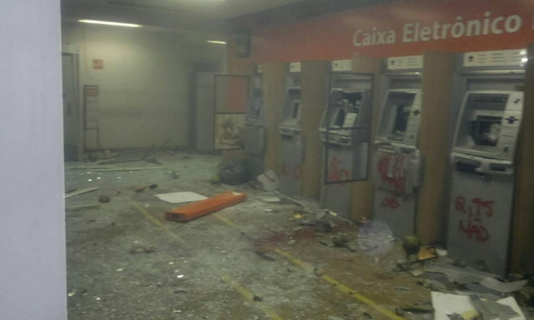 Agência bancária é depredada por manifestantes durante protesto Antônio Werneck / O Globo