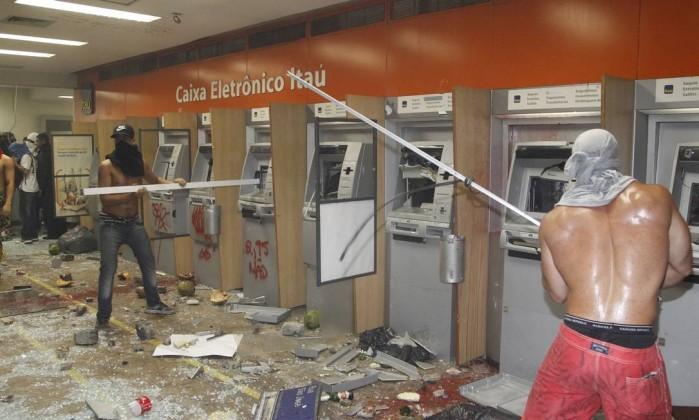 Vândalos quebram caixas eletrônicos de banco no Centro do Rio, após depredarem prédios da Alerj Marcelo Carnaval / Agência O Globo