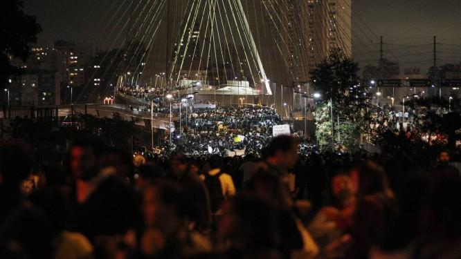 Manifestantes tomaram a Ponte Estaiada, no Brooklin, em São Paulo, em protesto nesta segunda-feira Foto: Michel Filho / Agência O Globo
