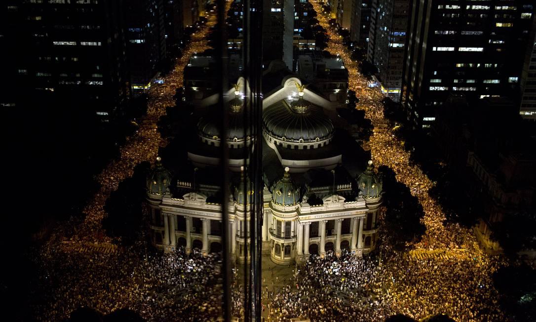 Ruas do Rio de Janeiro tomadas pelos manifestantes na noite da segunda-feira Felipe Dana / AP
