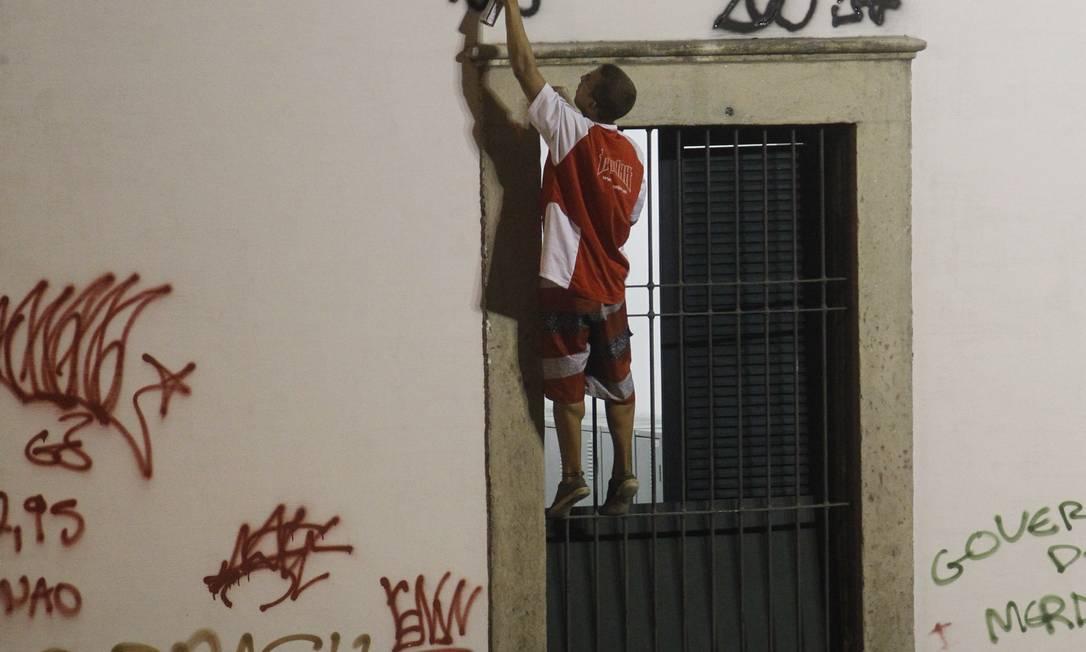 Manifestante picha as paredes do Paço Imperial, na Praça Quinze, no Centro do Rio Marcelo Carnaval / Agência O Globo