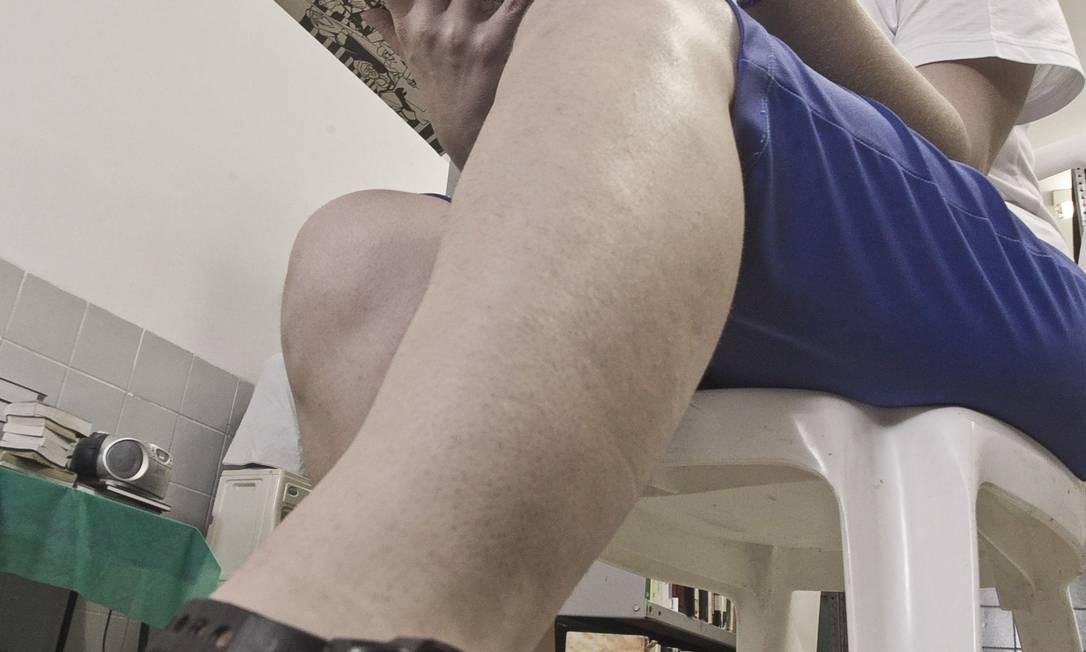 Universitária. Cynthia Corvello, de 42 anos, usa tornozeleira eletrônica para ir à faculdade fora do presídio Foto: Jarbas Oliveira / Agência O Globo