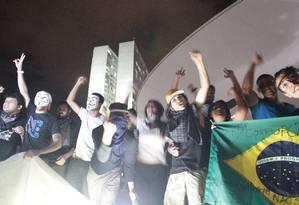 Manifestantes invadem teto do Congresso Nacional Foto: André Coelho / O Globo