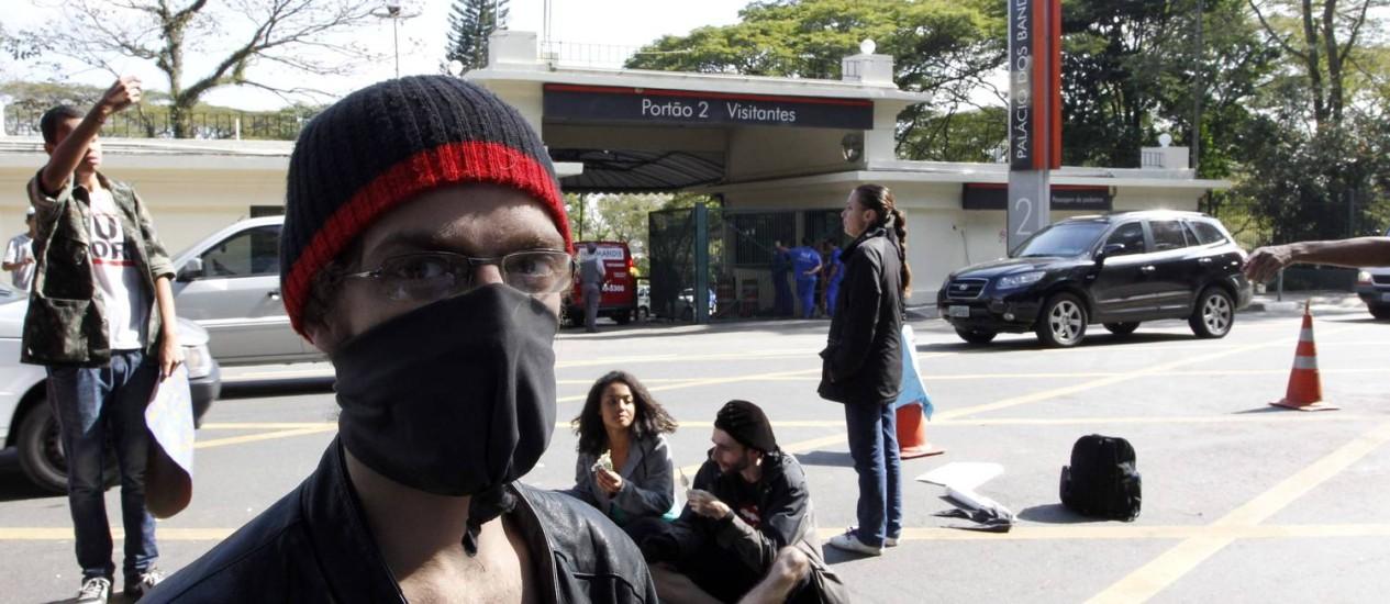 Grupo de manifestantes em frente ao Palácio dos Bandeirantes Foto: Eliaria Andrade / Agência O Globo