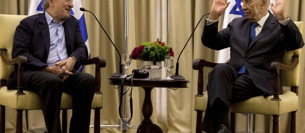 Ator Robert De Niro (à esq.) em conversa com Shimon Peres (à dir.) após sua chegada a Jerusalém Foto: POOL / REUTERS