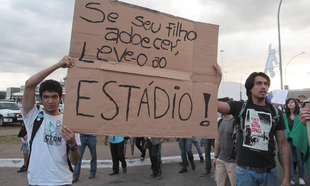 Estudantes protestam contra os altos gastos com a Copa do Mundo, em Brasília Givaldo Barbosa / Agência O Globo