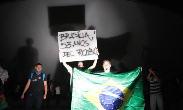 Estudantes tomam a laje do Congresso durante manifestação na Esplanada ANDRÉ COELHO / Agência O Globo