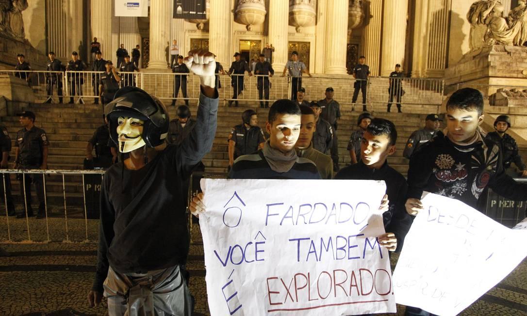 Manifestação no Rio, em frente a Alerj Domingos Peixoto / Agência O Globo