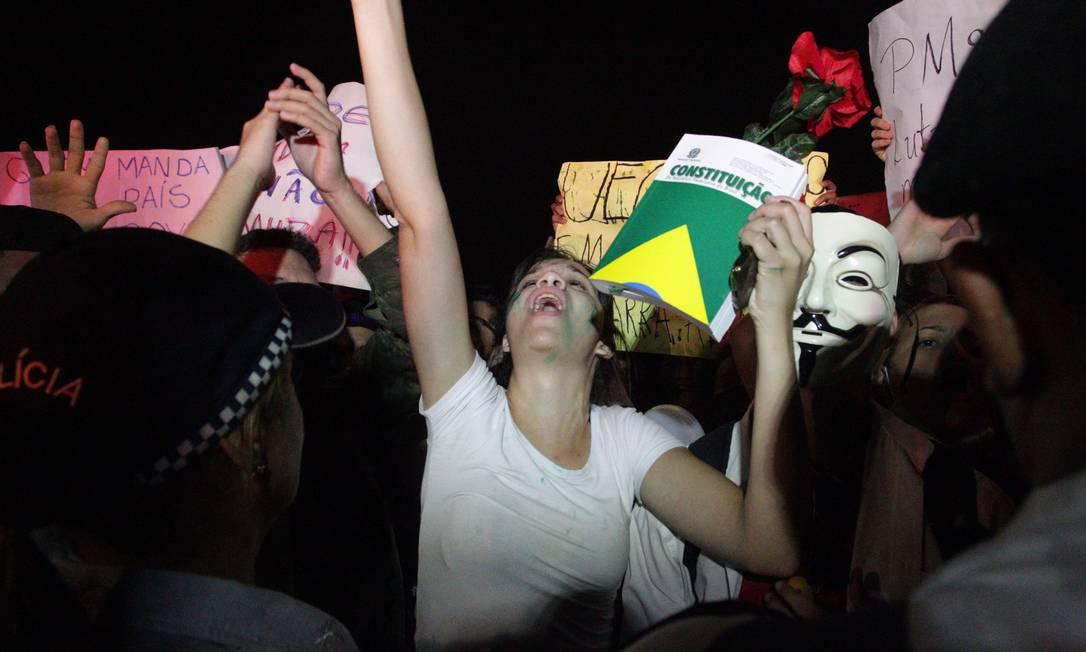 Estudante com exemplar da Costitiução em frente ao Congresso, em Brasília ANDRÉ COELHO / Agência O Globo