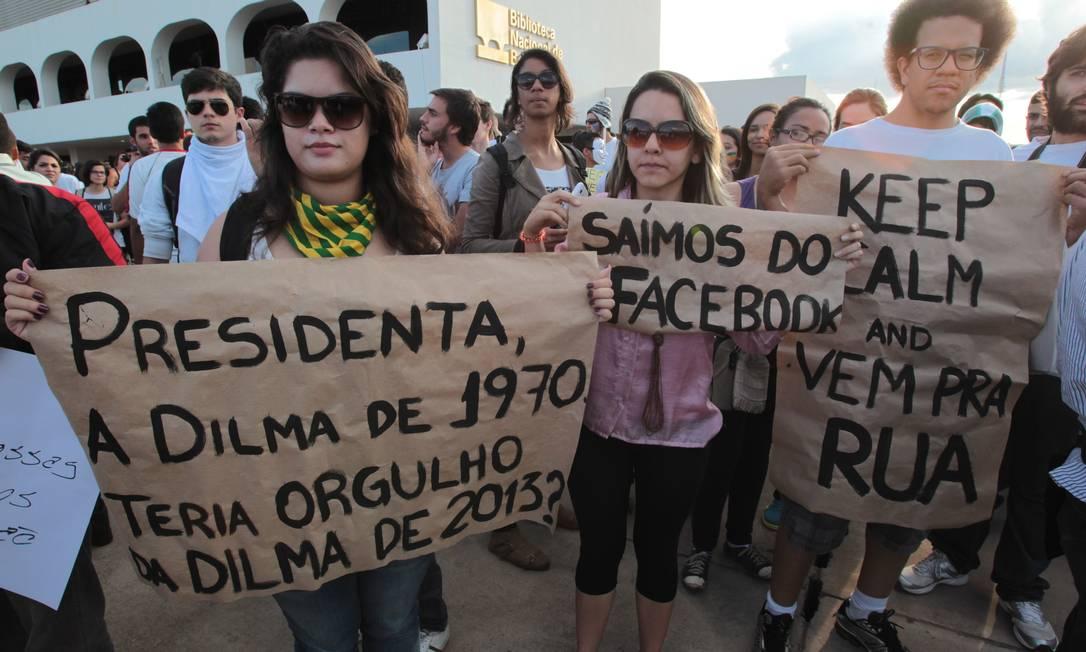 Brasil - Bsb - Brasília - 17/06/2013 - PA - Estudantes preparam e mostram seus cartazes para a passeata na esplnalada dos ministérios. Foto: Givaldo Barbosa/AG O Globo Agência O Globo