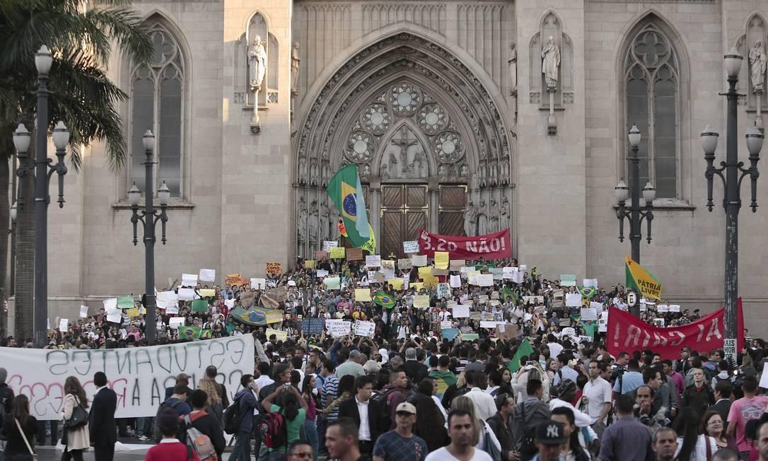 Em mais um dia de protestos, estudantes ocupam a Praça da Sé, em São Paulo Miguel Schincariol / AFP