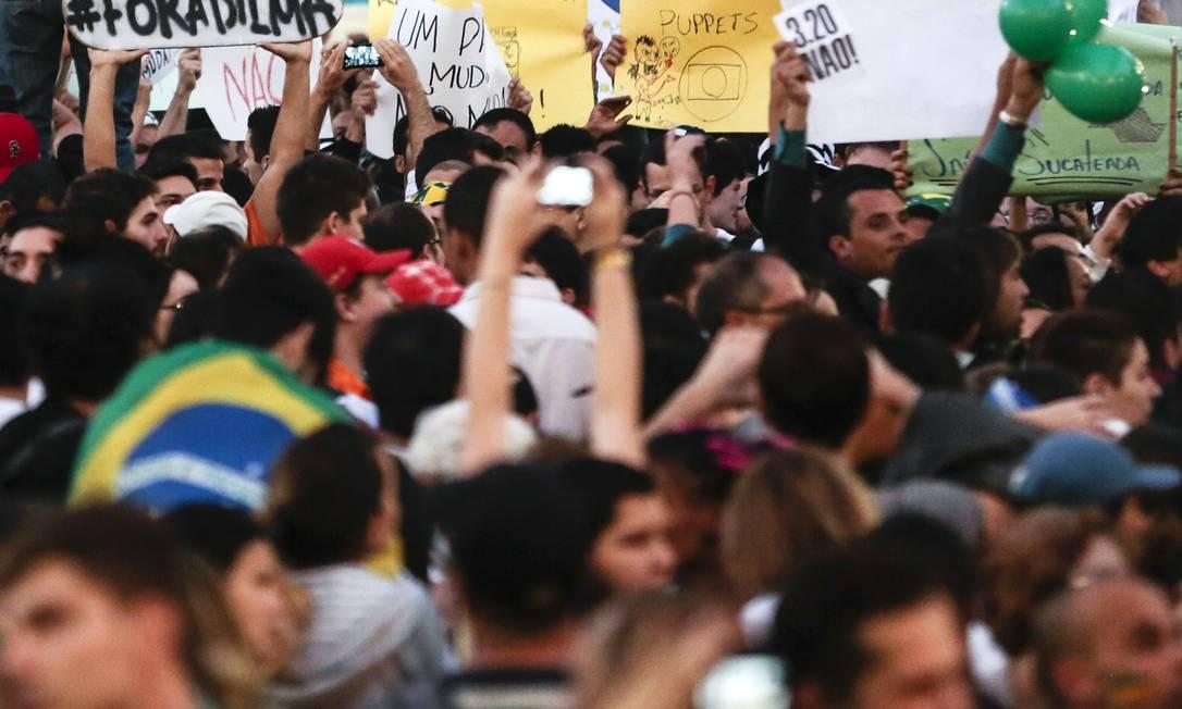 Manifestantes empunham cartazes contra a presidente Dilma Rousseff Miguel Schincariol / AFP