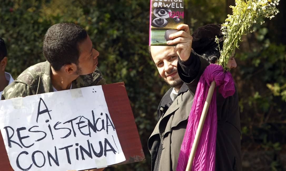 Participantes do protesto seguem em direção ao Palácio Bandeirantes, sede do governo paulista Aliária Andrade / Agência O Globo