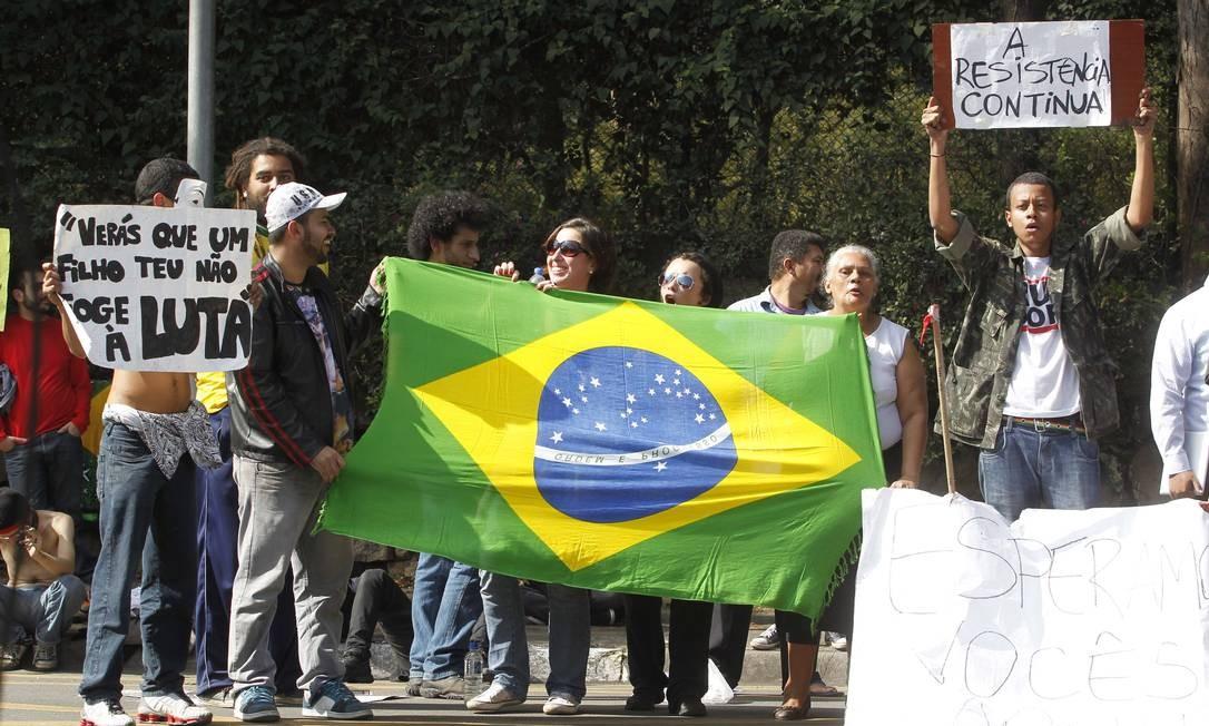 Jovens carregam a bandeira do Brasil para participarem da manifestação Eliária Andrade / Agência O Globo