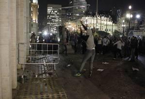 Manifestantes destroem os vidros da prefeitura de São Paulo durante protesto Foto: Michel Filho / O Globo