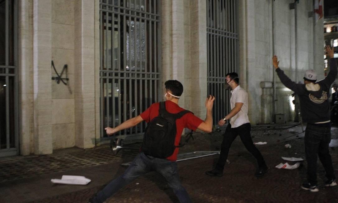 Manifestantes jogam pedras nos vidros da sede da prefeitura de São Paulo Michel Filho / Agência O Globo