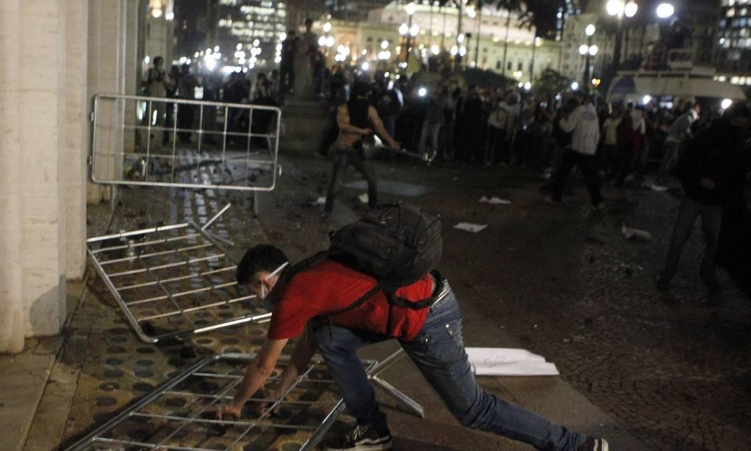 Quebra-quebra tomou conta da manifestação realizada em frente à prefeitura da capital paulista Michel Filho / Agência O Globo