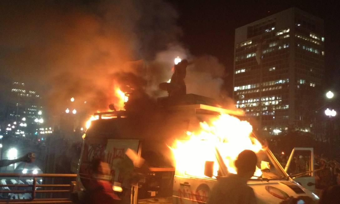 Manifestantes tocam fogo em carro da TV Record na porta da prefeitura de São Paulo Tatiana Farah / Agência O Globo
