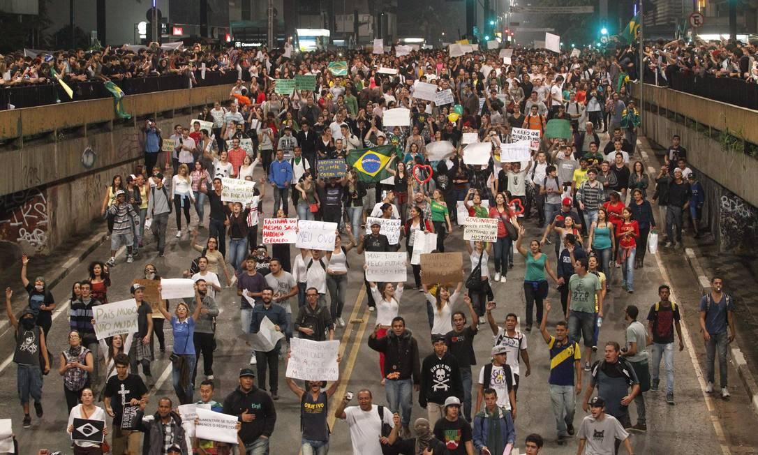 ES local São Paulo ( sp ) 18/06/2013 - Manisfestação - Manifestação contra o aumento da passagem de ônibus ,realizado na Praça da Sé . Na foto . Foto Eliária Andrade / Agência o Globo ELIARIA ANDRADE / Agência O Globo
