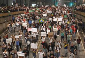 Aglomeração de pessoas com diversos cartazes Foto: ELIARIA ANDRADE / Agência O Globo