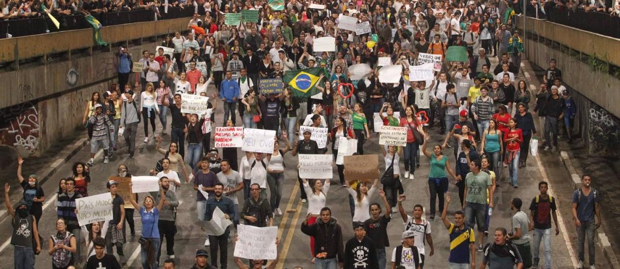 Manifestação contra o aumento da passagem de ônibus em São Paulo Foto: ELIARIA ANDRADE / Agência O Globo