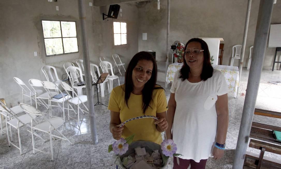 As Irmãs Andreia Ligia Rosa Pinto e Ligia Rosa Pinto no templo da Assembleia de Deus na Estrada da Capoeira Grande Foto: Custódio Coimbra / O Globo