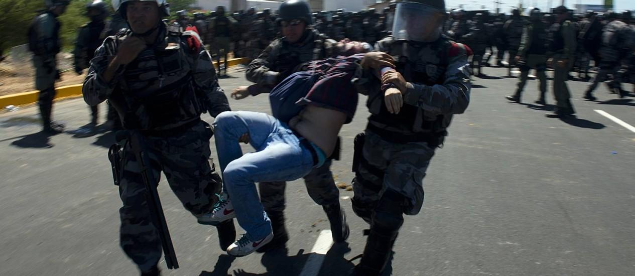 Um dos manifestantes é detido por policiais no protesto em frente ao estádio do Castelão Foto: Yuri Cortez / AFP