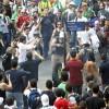Manifestantes ocupam a Praça Sete de Setembro, no Centro de Belo Horizonte. Policial Militar prende rapaz que soltou bomba no meio da multidão Foto: Alexandre Cassiano / Agência O Globo