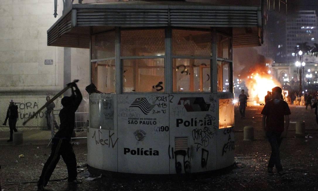 Vândalos depredam Centro da cidade de São Paulo Foto: Michel Filho / Agência O Globo