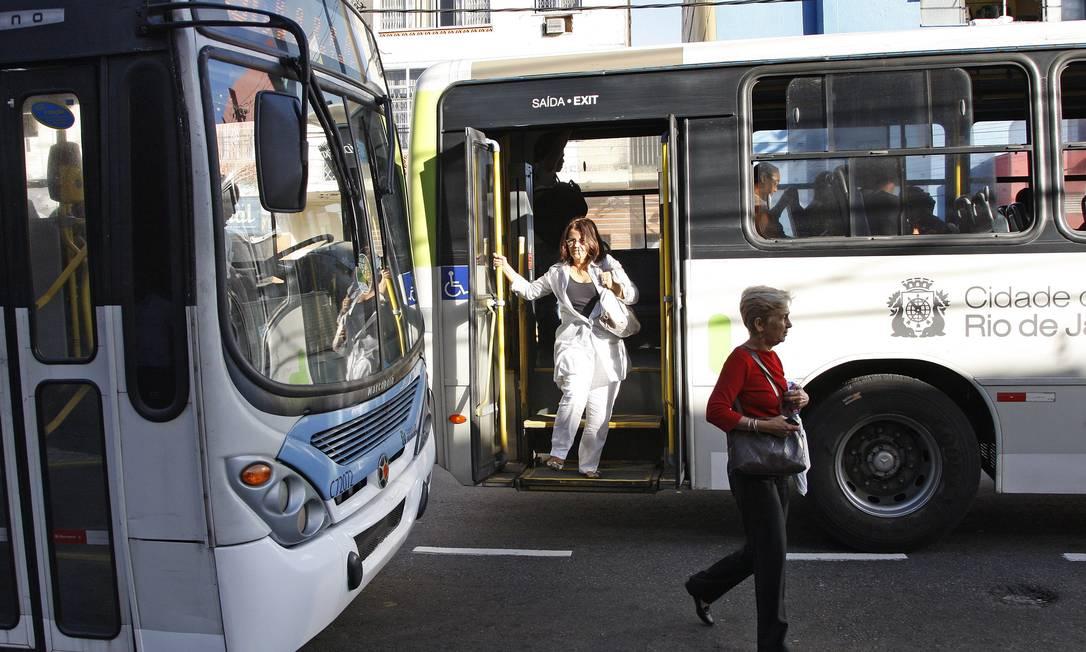 Transporte público. Passageiro desce fora do ponto no Méier: serviço de ônibus, mesmo precário, fatura Foto: Márcio Alves