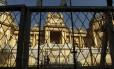 Grades de proteção são instaladas em frente ao Palácio Guanabara
