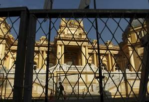 Grades de proteção são instaladas em frente ao Palácio Guanabara Foto: Gabriel de Paiva / O Globo