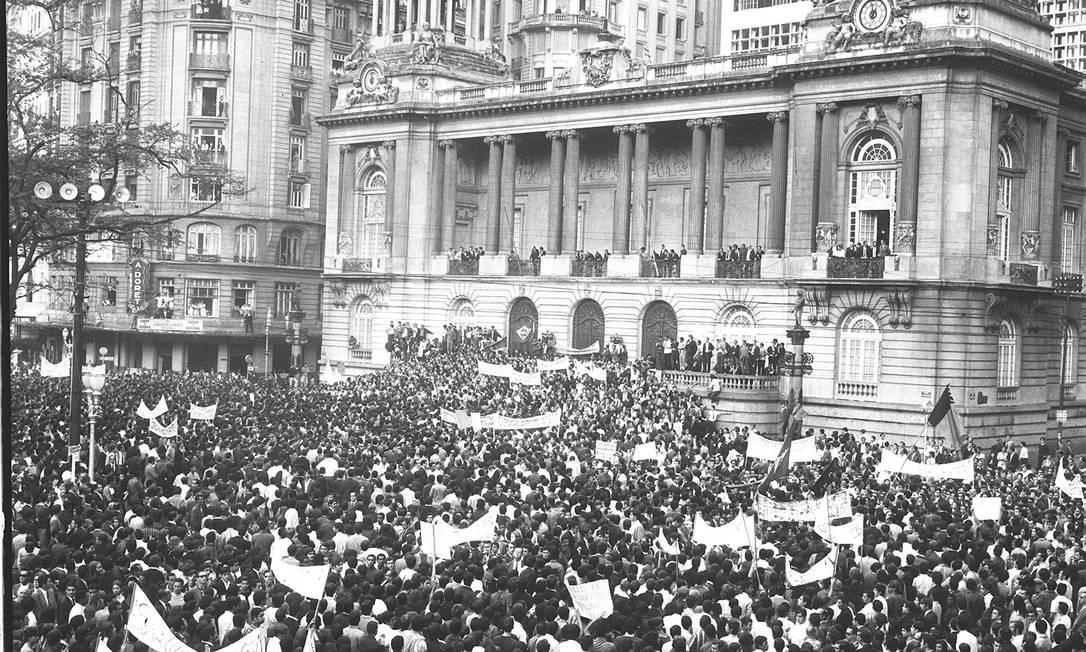 Passeata dos Cem Mil, no Rio, reuniu estudantes, artistas, intelectuais e religiosos contra a ditadura - 26/06/1986 Foto: Arquivo O Globo