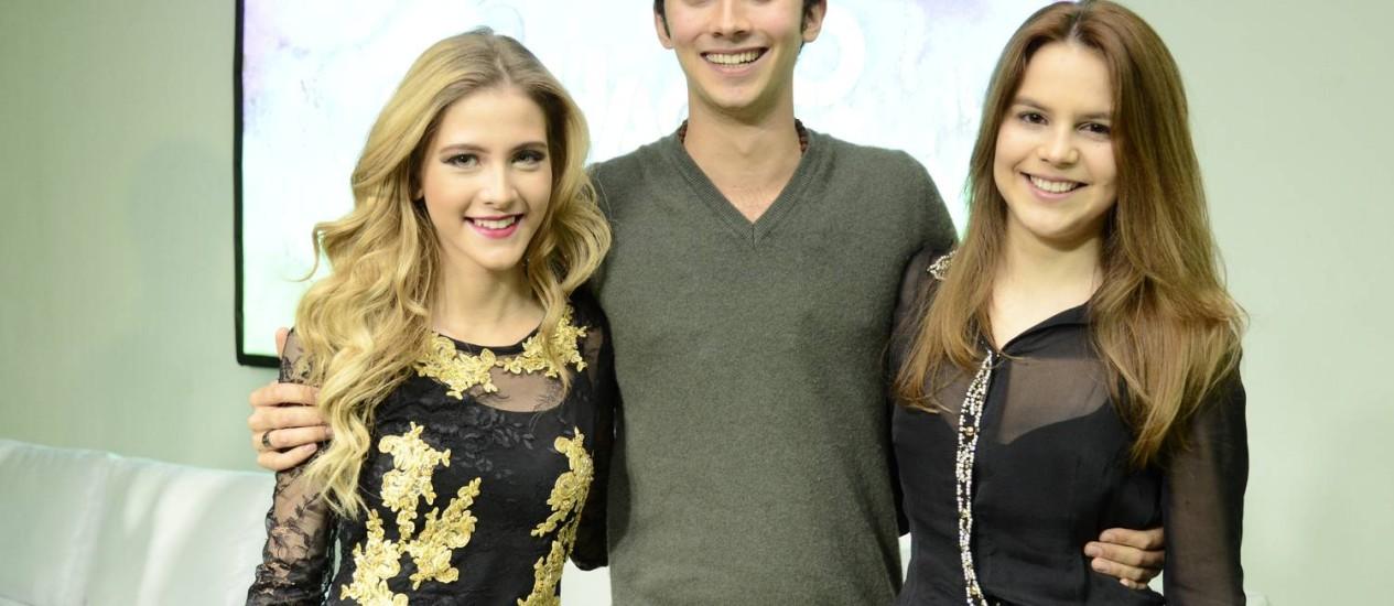 Gabriel Falcão entre as atrizes Hanna Romanazzi e Bianca Salgueiro Foto: Raphael Dias