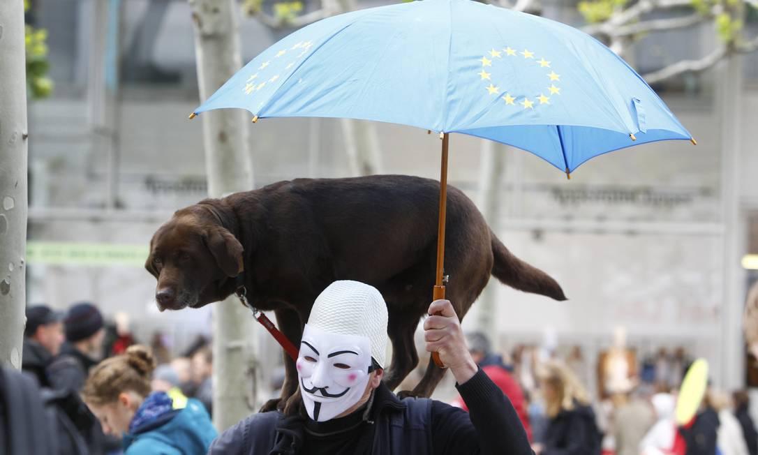 Artista de rua usa máscara em uma manifestação anti-capitalista, em Frankfurt, em Maio de 2013 RALPH ORLOWSKI / REUTERS
