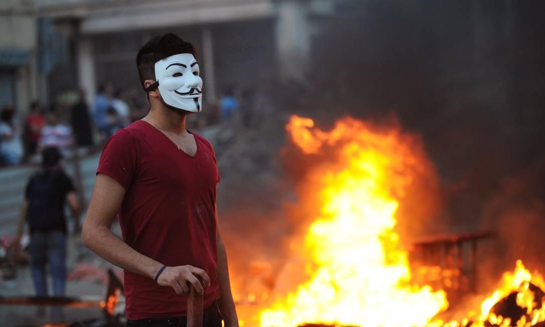 Um manifestante usa a máscara de Guy Fawkes em 31 de maio de 2013, durante um protesto na Praça Taksim, em Istambul BULENT KILIC / AFP