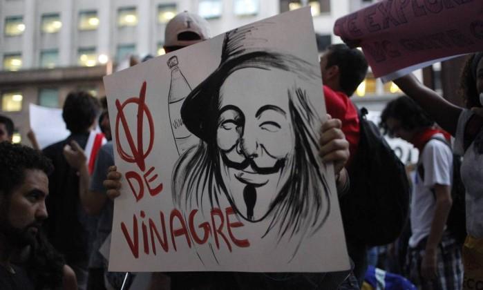 Manifestação contra o preço das passagens de ônibus no Rio no dia 6, a máscara em cartaz bem humorado Agência O Globo
