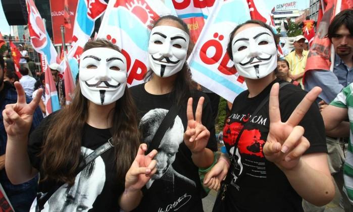Manifestantes anti-governo com máscaras, no centro de Ancara, em 5 de junho de 2013. ADEM ALTAN / AFP