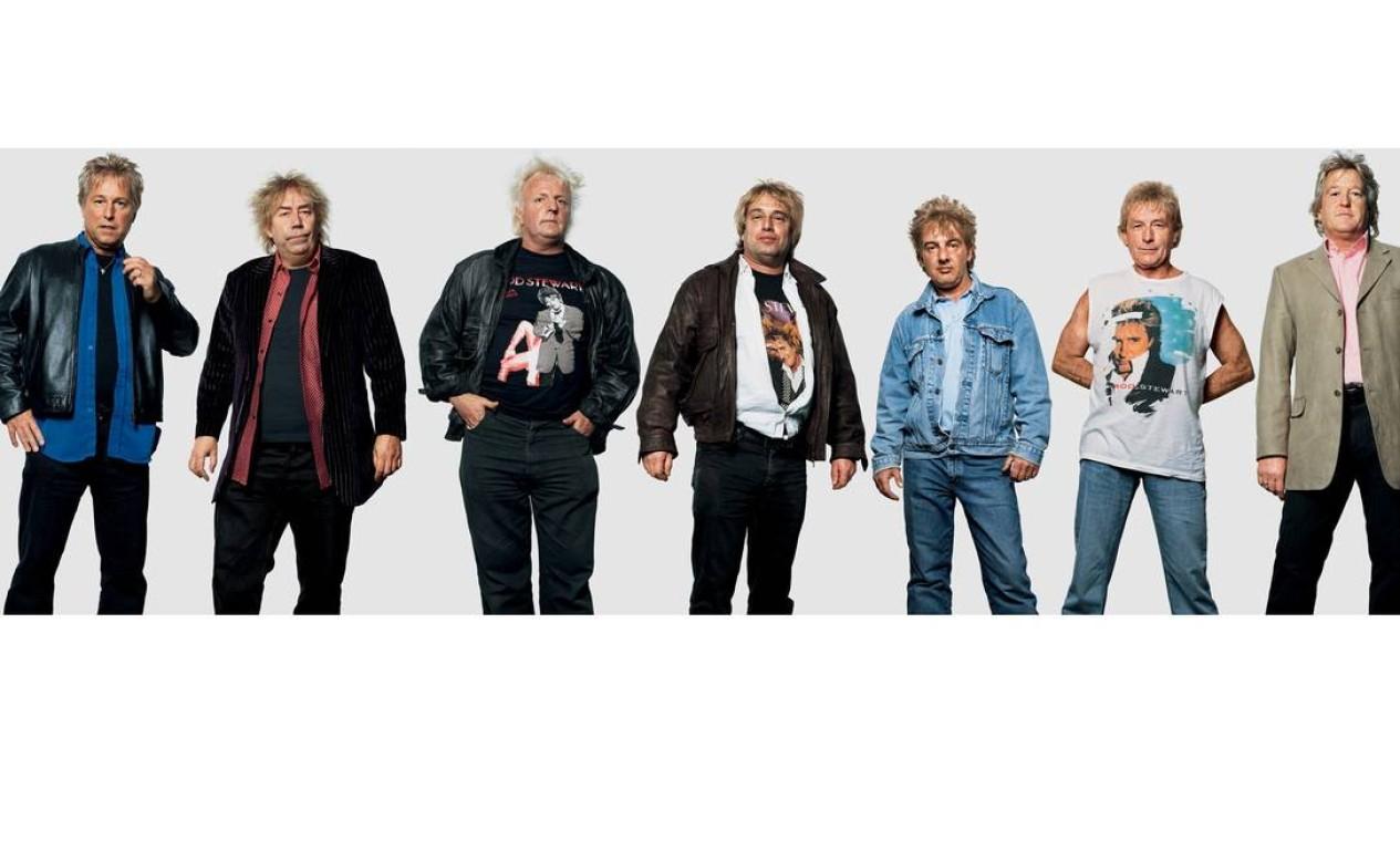 O corte - e às vezes até a cor - do cabelo de Rod Stewart são encontrados em seus fãs. Estes homens estiveram nos shows do cantor em Manchester (em julho de 2005) e em Londres (em dezembro do mesmo ano). Foto: James Mollison / Reprodução de internet
