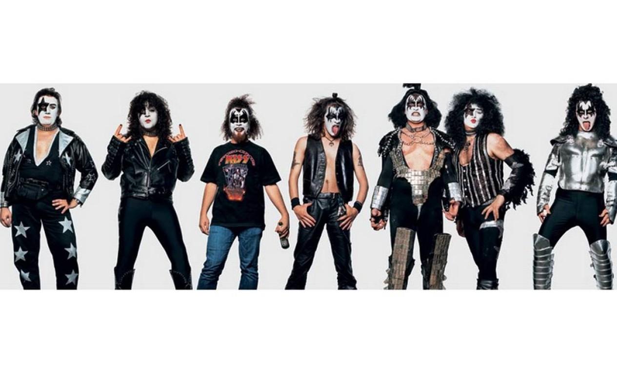 Já os fãs do Kiss não abrem mão de pintar o rosto de branco e preto, assim como os integrantes do grupo. O registro foi feito em Verona, na Itália, em maio de 2008. Foto: James Mollison / Reprodução de internet