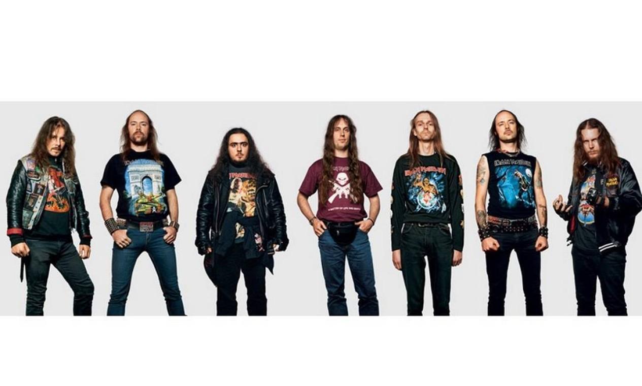 Os cabeludos fãs de Iron Maiden não dispensaram as calças justas e a camiseta da banda no show em Milão, em dezembro de 2006. Foto: James Mollison / Reprodução de internet