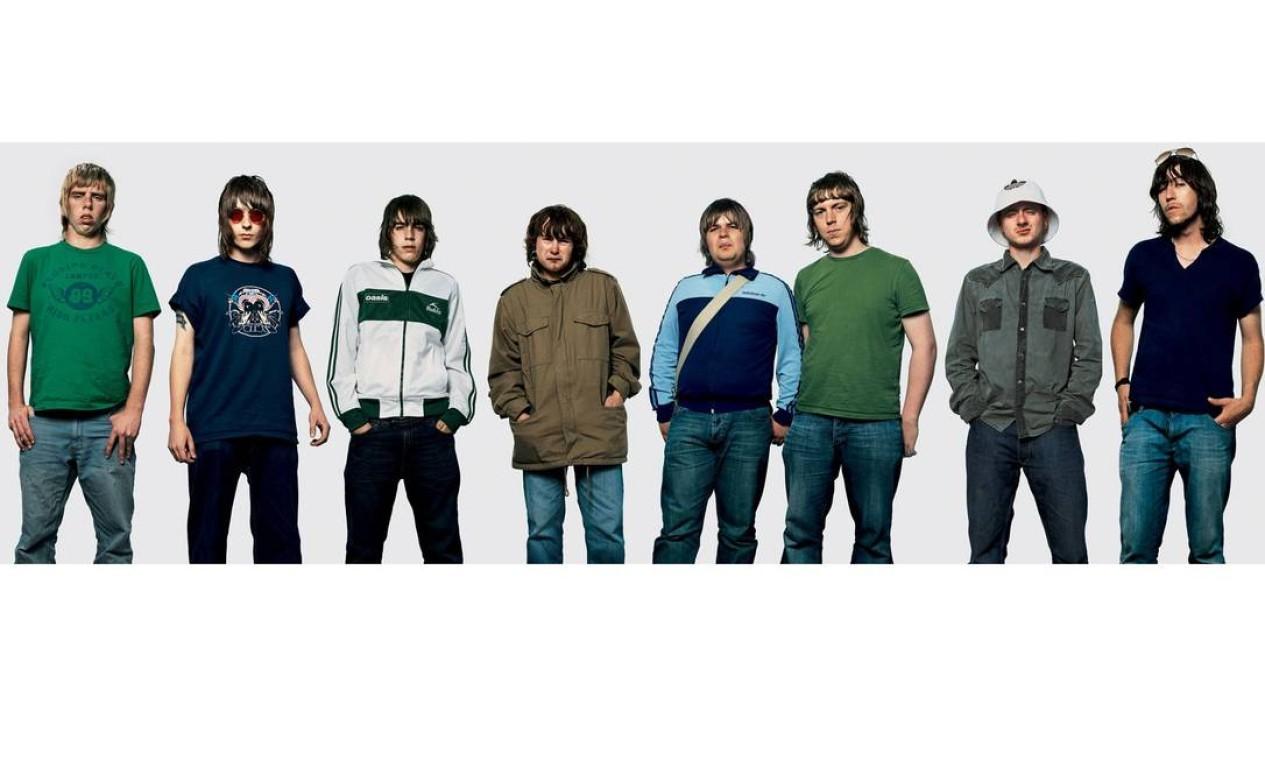 Em julho de 2005, os fãs do Oasis mostram seus trajes e cortes de cabelo iguais aos dos irmãos Gallagher em Manchester, no Reino Unido Foto: James Mollison / Reprodução de internet